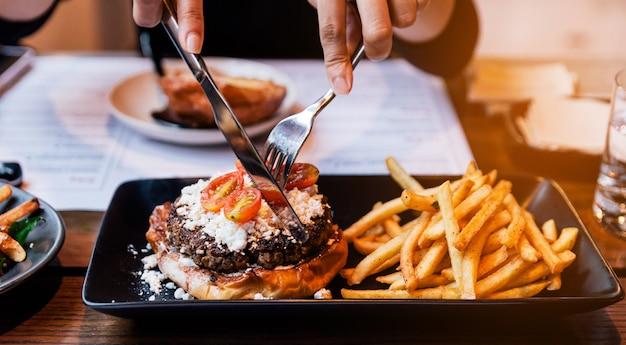 Mão, garfo, picar, cheeseburger, com, grelhados, carne
