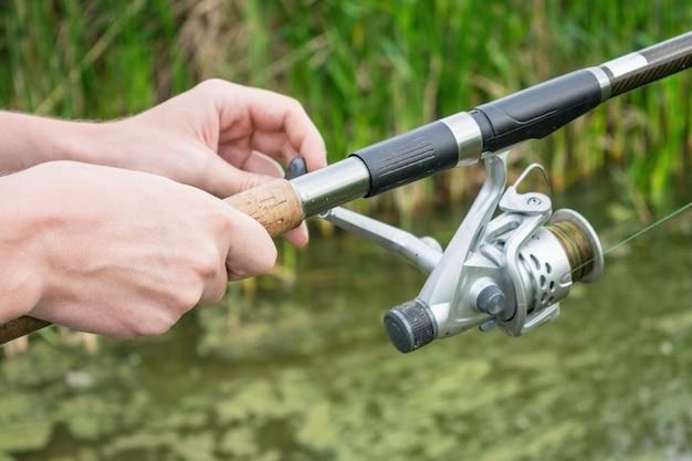 Mão homem, com, vara pescador, alimentador, com, reel