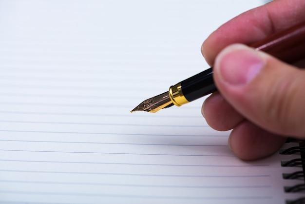 Mão homem, escrita, com, caneta tinteiro, ou, caneta tinta, com, caderno