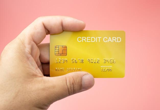 Mão homem segurando cartão de crédito