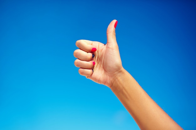 Mão humana aparecendo polegar