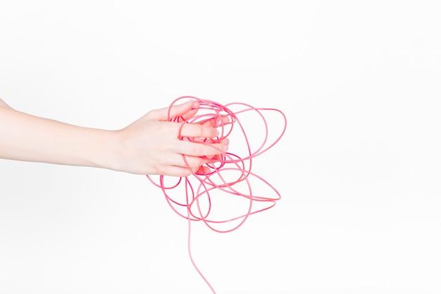 Mão humana, com, emaranhado, fio vermelho