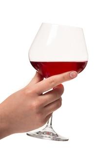 Mão humana com uma taça de vinho. fundo branco. tiro do estúdio.