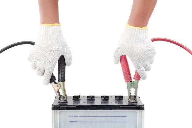Mão humana dando para carregar a bateria