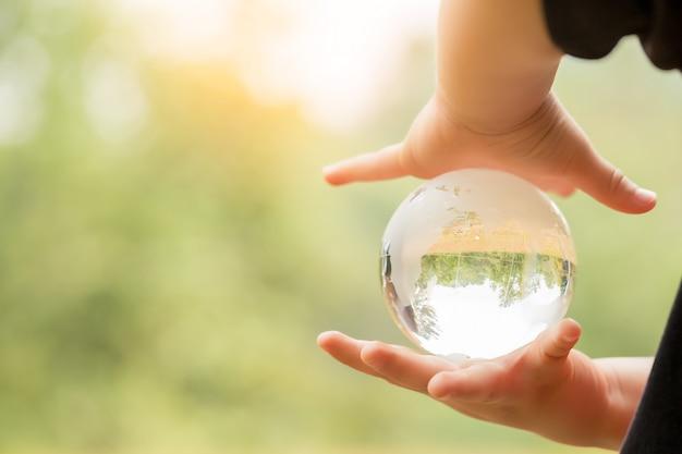 Mão humana em um globo