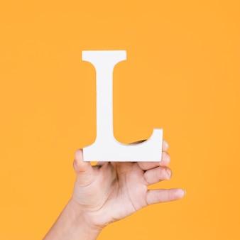 Mão humana, segurando, alfabeto, l