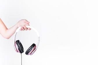 Mão humana, segurando, headphone, branco, fundo