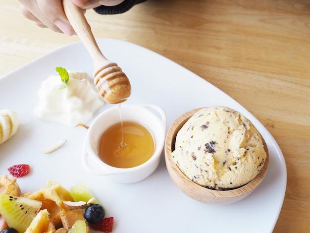 Mão humana, segurando, mel, dipper, para, sobremesa