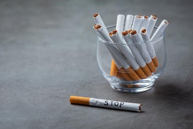 Mão humana segurando o cigarro. mundo sem conceito do dia do tabaco.
