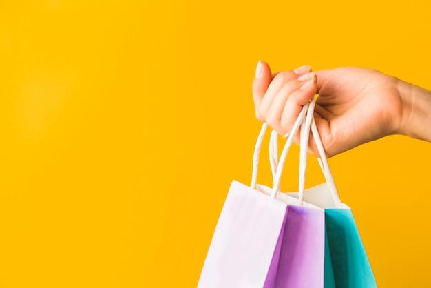 Mão humana, segurando, shopping, pacotes