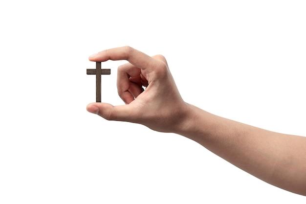 Mão humana segurando uma cruz cristã isolada sobre um fundo branco