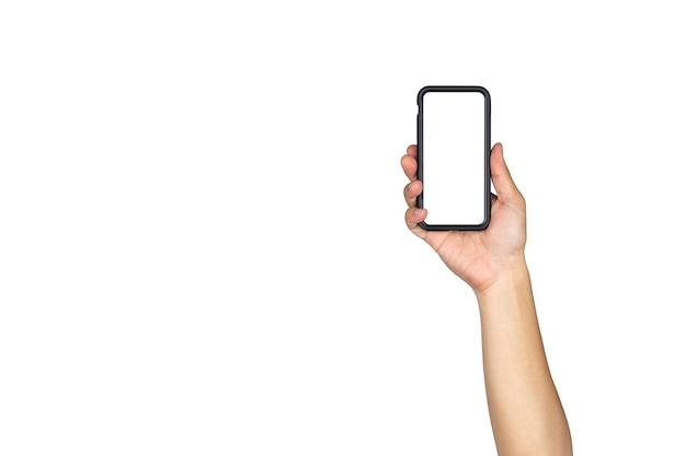 Mão isolada do sexo masculino tailandês asiático segura o telefone móvel inteligente e levante-se na direção vertical com o espaço vazio da cópia no fundo branco.