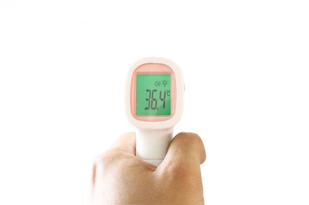 Mão isolada que guarda com termômetro infravermelho. verificando a medição da temperatura da testa faz a varredura no fundo branco. doença do coronavírus. proteger o conceito.