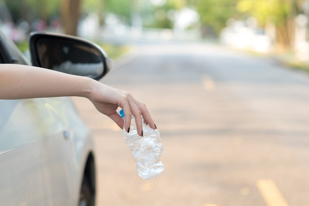 Mão, jogar, garrafa plástica, estrada