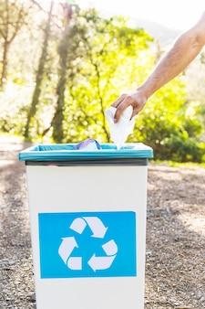 Mão, jogar, lixo, em, reciclagem, caixa