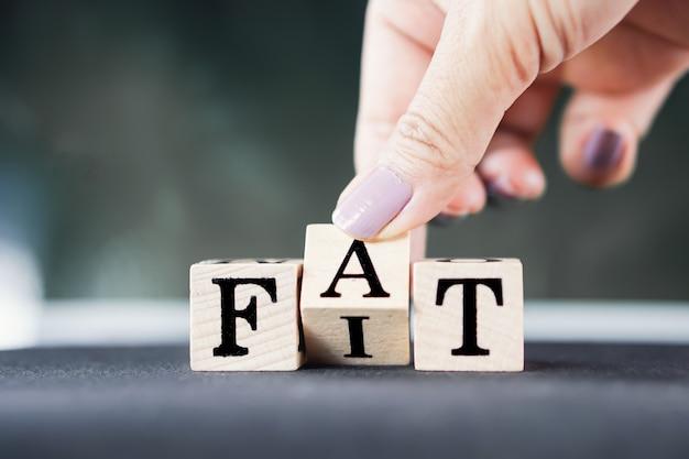 Mão lançando estilo de vida gordo ou em forma