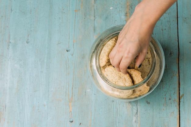 Mão, levando, biscoito