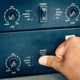 Mão ligar o interruptor de energia