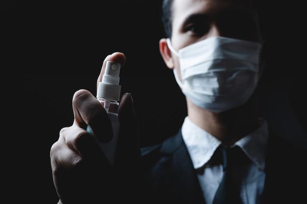 Mão limpa com álcool, empresários estão trabalhando com cuidados de prevenção de álcool em gel, proteção de saúde empresarial contra doenças virais no escritório, conceito de infecção de higiene covid-19 de coronavírus