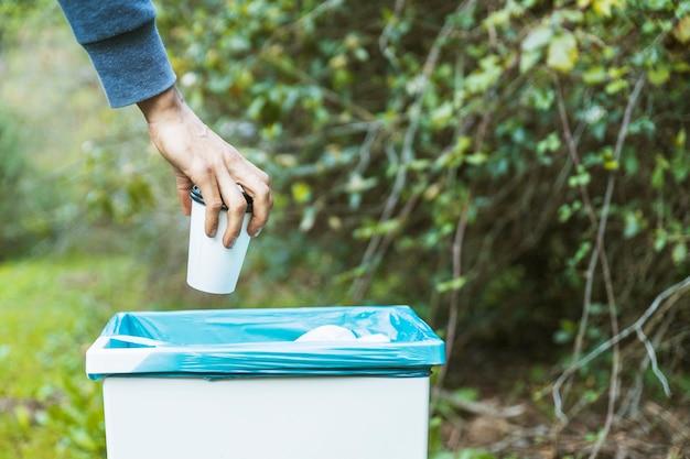 Mão, livrar-se, de, copo papel, em, lixo