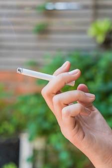 Mão mantendo o cigarro