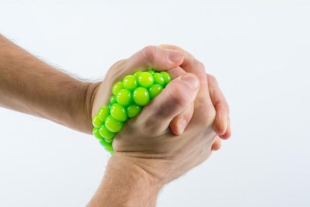 Mão masculina, apertando a bola de stress