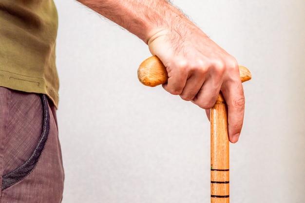 Mão masculina com bengala