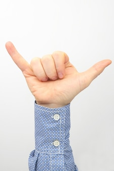 Mão masculina com dois dedos levantados contra um fundo branco