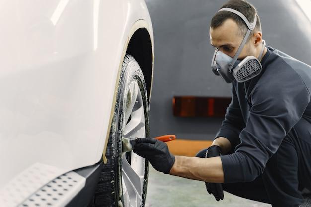 Mão masculina com esponja de espuma de lavagem de carro