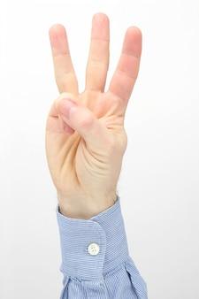 Mão masculina com três dedos abertos em um fundo branco