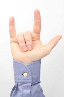 Mão masculina com três dedos levantados em branco