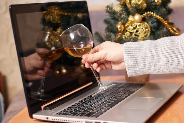 Mão masculina conceito com uma taça de vinho isolamento de natal cobiçado
