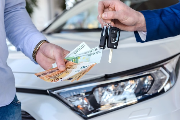 Mão masculina dando notas de euro para revendedor de perto
