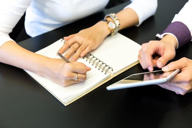 Mão masculina e feminina de pessoas de negócios, trabalhando no escritório