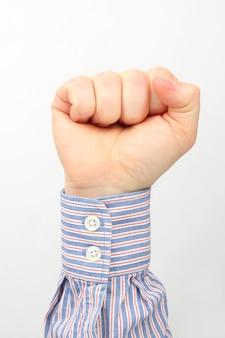 Mão masculina fechada em punho em um branco