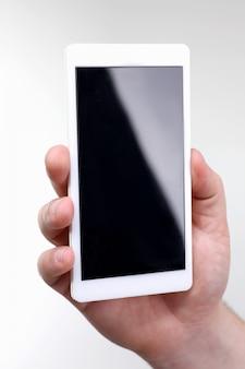Mão masculina hoding smartphone isolado no fundo branco