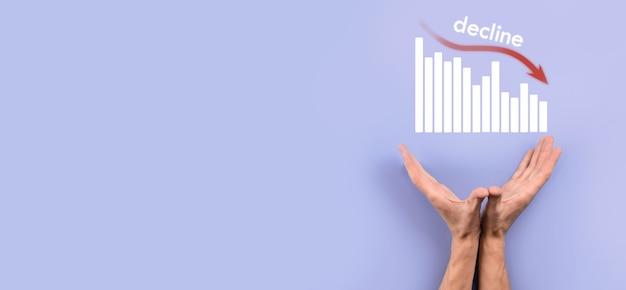 Mão masculina que prende o telefone móvel inteligente com o gráfico icon.checking, analisando o gráfico de gráfico de crescimento de dados de vendas e o mercado de ações na rede global. estratégia de negócios, planejamento e marketing digital