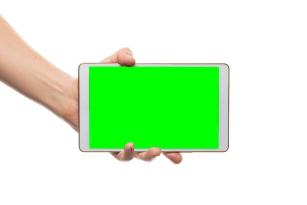 Mão masculina segura tablet branco. tela isolada com chroma key e tudo isolado no fundo branco.