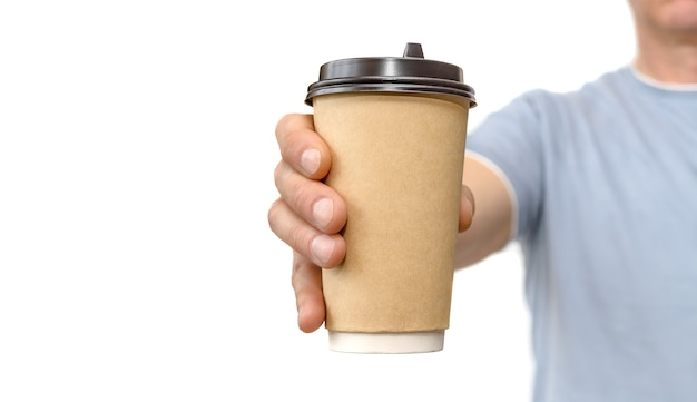 Mão masculina segurando e oferece xícara de café de papel pardo para levar isolado no fundo branco