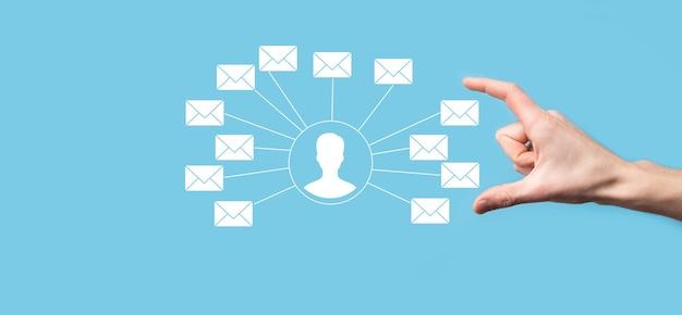 Mão masculina segurando o ícone de carta, ícones de e-mail. entre em contato conosco por e-mail de boletim informativo e proteja suas informações pessoais de mensagens de spam. central de atendimento ao cliente entre em contato conosco. e-mail marketing e newsletter