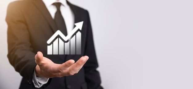 Mão masculina segurando o ícone de gráfico symbol.checking, analisando o gráfico de gráfico de crescimento de dados de vendas e o mercado de ações na rede global. estratégia de negócios, planejamento e marketing digital