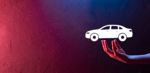 Mão masculina segurando o ícone do carro auto sobre fundo azul. composição de faixa ampla. conceitos de renúncia de danos de colisão e seguro automóvel automóvel. banner de néon com espaço de cópia, espaço para texto.