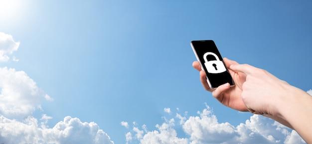 Mão masculina segurando um ícone de cadeado de cadeado. rede de segurança cibernética. rede de tecnologia de internet. proteção de informações pessoais de dados no tablet. conceito de privacidade de proteção de dados. gdpr. eu.banner