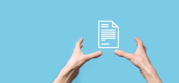 Mão masculina segurando um ícone de documento na superfície azul
