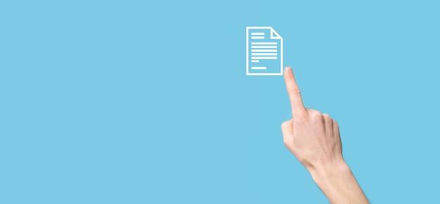 Mão masculina segurando um ícone de documento sobre fundo azul. conceito de tecnologia de internet de negócios de sistema de dados de gerenciamento de documentos. sistema de gerenciamento de dados corporativos dms.