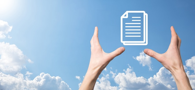 Mão masculina segurando um ícone de documento sobre fundo azul. conceito de tecnologia de internet de negócios de sistema de dados de gerenciamento de documentos. sistema de gerenciamento de dados corporativos dms