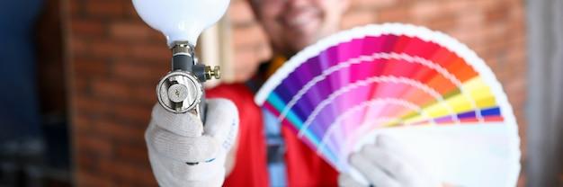 Mão masculina segurar paleta de cores closeup