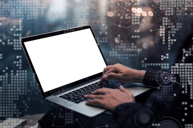 Mão masculina usando laptop e interface gráfica