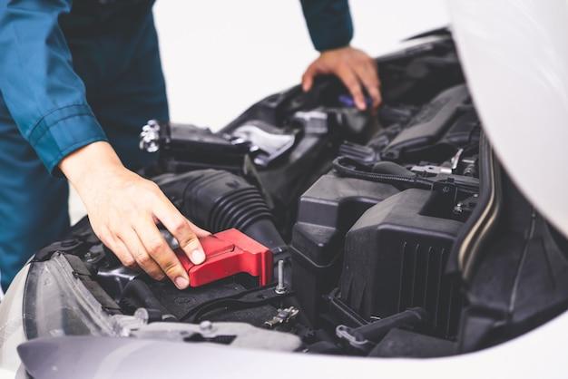 Mão mecânico profissional, fornecendo serviço de reparação e manutenção de automóveis