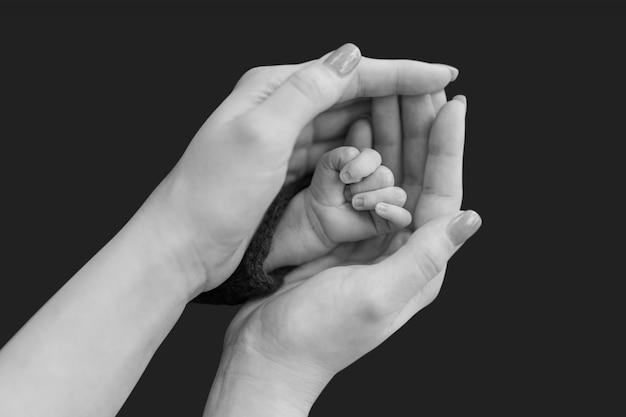 Mão minúscula do recém-nascido